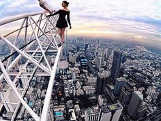 Young couple risk their lives for the perfect selfie Cool Pictures, Cool Photos, Perfect Selfie, Aerial Photography, Scenic Photography, Extreme Photography, Jolie Photo, Crazy People, Tour Eiffel