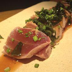 TUNA TATAKI PONZU  Gran descubrimiento el de ayer #ombu cocina abierta carta muy atractiva y variada.  Y este #tataki de #atun con #salsa #ponzu muy muy top!!! Que paséis buena tarde!!! by losabesrest