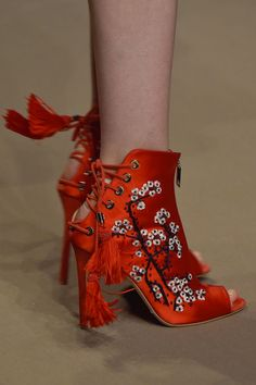How cool are these AMAZING SHOES? Boho boots, floral shoes, whatever classification we're obsessed with them! Pretty Shoes, Beautiful Shoes, Crazy Shoes, Me Too Shoes, Fashion Shoes, Fashion Outfits, Milan Fashion, Fashion Weeks, Mode Shoes