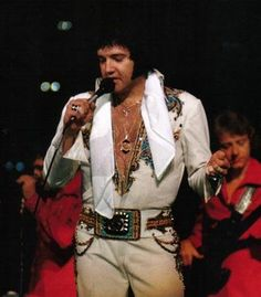 Elvis in Chicago 5-1-1977 - In under 4 months, Elvis would be dead. Actually for a man who was gonna be dead in four months he didn't look half bad He looked nice i guess and it's 4:00 in the morning here Until Elvis got on stage and started forgetting lyrics and sweating he was a hot hot cute man