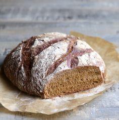 Si vous aimez le pain de seigle vous vous régalerez avec cette recette facile. La cuisson en cocotte permet d'obtenir une croûte croustillante. Cooking Bread, Bread Baking, A Food, Food And Drink, Savory Scones, Wine Cheese, Bread Recipes, Food To Make, Bakery