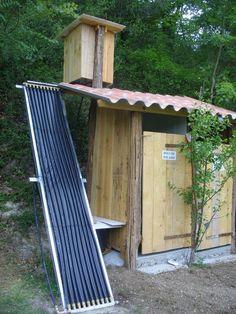 J'ai fabriqué une douche solaire autonome (qui fonctionne seule, sans régulation, avec un raccordement au réseau d'eau potable) Elle comporte les parties suivantes : - cabanon extérieur en bois, intérieur ...