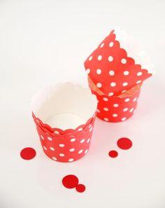 Caissettes cupcakes en carton rouge pois blancs