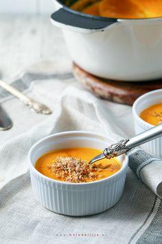Przepyszna zupa z dyni podawana z pieczoną papryką, prażonymi pestkami dyni i kruszonką z orzechów laskowych. Sycąca i rozgrzewająca zupa dyniowa.