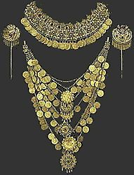 Gilt decoration of Attica. Headbands and pins impressive pectoral Wedding hairstyles and jewelry with imitation gold coins. Greek Jewelry, Ethnic Jewelry, Ancient Greece Fashion, Greek Traditional Dress, Folklore, Body Jewelry Shop, Ancient Jewelry, Greek Fashion, Gold Coins