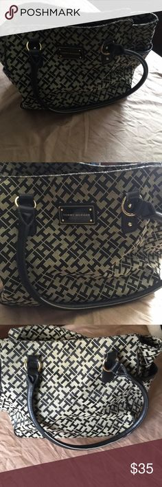 🔥 1 HOUR SALE 🔥Tommy Hilfiger purse In used condition Tommy Hilfiger purse  Please see pics  Smoke free home Tommy Hilfiger Bags Shoulder Bags