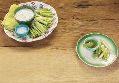Crudités de salsão com dip de gorgonzola | Receita Panelinha: Apesar do nome difícil, a receita não poderia ser mais fácil — ainda por cima é levinha e faz a maior vista por causa da combinação com o gorgonzola.