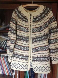 Haukelikofte Fair Isle Knitting, Hand Knitting, Knitting Patterns, Knitting Machine, Knitting Ideas, Norwegian Knitting, Hand Knitted Sweaters, Color Patterns, Swatch