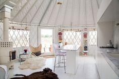 Granny pods shed Yurta moderna en Wyom - grannypods Yurt Living, Tiny Living, Living Spaces, Glamping, Granny Pods, Yurt Interior, Yurt Home, Wyoming, Modern Architects