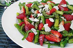 Grüner Spargel mit Erdbeeren, Rucola und Fruchtdressing