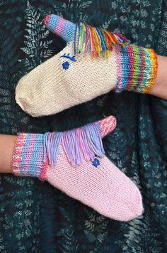 Let the unicorns keep your hands warm this winter! Knit in your favourite rainbow yarns, or if you're a horse person, make it in your horse's colours. Your imagination is the limit! #knitting Mittens Pattern, Unicorn Knitting Pattern, Crochet Mittens, Knitted Gloves, Baby Mittens Knitting Pattern, Knit Or Crochet, Crochet Unicorn, Knitting For Kids, Knitting Projects