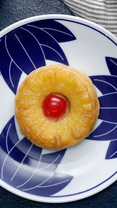 Now this is a story all about how these pineapple donuts got flipped upside down. Now this is a story all about how these pineapple donuts got flipped upside down. Köstliche Desserts, Delicious Desserts, Dessert Recipes, Yummy Food, Strawberry Desserts, Tasty, Baked Donut Recipes, Baked Doughnuts, Donuts Donuts