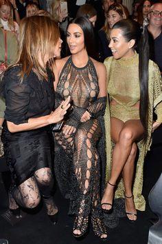 Carine Roitfeld, Kim Kardashian and Kourtney Kardashian attend the Balmain show as part of the Paris Fashion Week Womenswear Spring/Summer 2017 on September 2016 in Paris, France. Kourtney Kardashian, Looks Kim Kardashian, Estilo Kardashian, Kim And Kourtney, Kardashian Family, Kardashian Photos, Kardashian Style, Kardashian Jenner, Teen Hairstyles