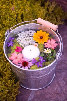 Pretty garden party idea…Bucket filled with warter an floating candles an flow… - Garten Dekoration Diy Light Fixtures, Floating Flowers, Floating Garden, Floating Lights, Deco Floral, Valentines Day Party, Party Planning, Wedding Planning, Flower Arrangements