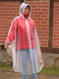 Vorne durchgeknöpfter transparenter Regenponcho