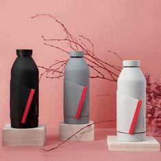 Elegantná, ekologická a inovatívna. Presne taká je sklenená fľaša Closca Bottle. Jedinečný patentovaný systém uchytenia z nej robí fľašu ktorá sama osebe vyrieši problém s jej nosením. Prostredníctvom gumeného odvíjateľného pásu ju totiž môžete prichytiť prakticky kdekoľvek. Na kočík, kufor, ruksak, bicykel, alebo kde sa vám to práve hodí.. Water Bottle, Free, Lifestyle, Drinks, Projects, Drinking, Log Projects, Beverages, Blue Prints