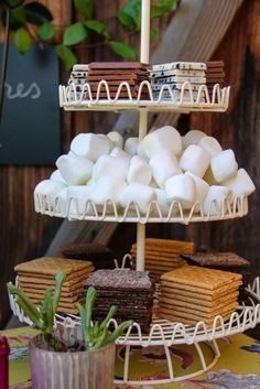 Wedding Reception Food You don't always need a campfire to make S'mores. Set up the perfect portable s'mores bar for summer entertaining, romantic date nights, and get togethers with family and friends. Comida Picnic, Summer Party Themes, Party Ideas, Party Summer, Summer Food, Wedding Reception Food, Reception Ideas, Wedding Ideas, Reception Decorations