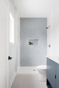 open bathroom shower with light blueish gray tile and white walls Shower Accent Tile, Mosaic Shower Tile, Gray Shower Tile, Subway Tile Showers, Shower Tile Designs, Subway Tiles, Luxury Interior Design, Bathroom Interior Design, Bathroom Renos