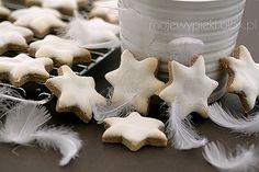 Zimtsterne - niemieckie ciasteczka świąteczne Christmas Traditions In Germany, Christmas In Germany, Marzipan, German Christmas Cookies, European Dishes, German Desserts, Star Cookies, Bakery Cafe, Polish Recipes