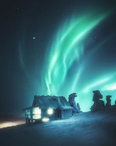 Where to See the Northern Lights Budget Friendly aurora borealis 2018 on this favorite site Cosmos, Aurora Borealis, Northen Lights, Ciel Nocturne, See The Northern Lights, Foto Art, Winter Landscape, Belle Photo, Night Skies