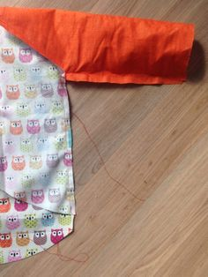 Couture Bb, Baby Sewing, Baby Bibs, Alexander Mcqueen Scarf, Free Pattern, Sewing Projects, Aprons, Bandana, Homemade