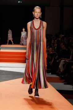 See all the Collection photos from Missoni Spring/Summer 2016 Ready-To-Wear now on British Vogue Spring Fashion Trends, Fashion Week, Look Fashion, High Fashion, Fashion Show, Fashion Design, Missoni, Spring Summer 2016, Spring Summer Fashion
