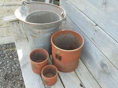3 antieke, ijzeren, geijkte maatbekers voor een stoere, landelijke brocante inrichting. 3 voor 45,00