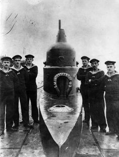 WW1, 1916. A German U-Boat and some of its crew. - Topical Press Agency/Getty