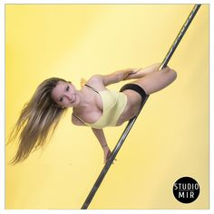 Un beau fond jaune avec une modèle sur une barre de pole dance ayant un débardeur jaune... #modele #studiomir #photographie #poledance