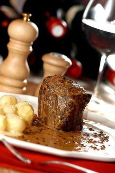 Steak au poivre: aprenda a receita clássica da carne francesa (Foto: Divulgação) Mignon Steak, Steak Au Poivre, Salty Foods, Fun Cooking, Steak Recipes, Food Art, Food And Drink, Low Carb, Creme