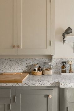 It's not clear why ugly countertops are so common. But it can be hard to style a kitchen or bathroom with a massive eyesore. That's why these contact paper countertop ideas are so good. Plus, with a little patience, this one makeover you can DIY. Japan Design, Rental Kitchen Makeover, Apartment Makeover, Kitchen Makeovers, Rental Makeover, Countertop Makeover, Rico Design, Rental Decorating, Decorating Tips