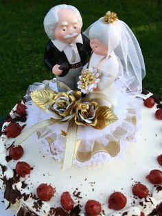 Die goldene Hochzeit muss mit einer Jubiläums-Torte im schwarzwälder Stil gefeiert werden.