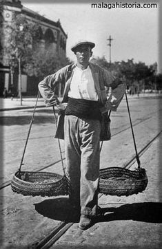 Cenachero típico de Málaga, vendedor de pescado ambulante que lo llevaba en sus cestas, imagen representativa de todos ellos.