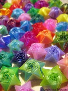 Estrellas con pajillas not paper but could do with paper straws too Diy Projects To Try, Crafts To Do, Crafts For Kids, Arts And Crafts, Paper Crafts, Origami Lucky Star, Origami Stars, Kirigami, Straw Crafts