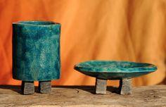 RAKU kúpeľňový komplet mydelnička a pohárik na zubné kefky ručne vyrobené starou japonskou technikou RAKU možno použiť aj ako sviečnik a nádobu na ceruzky Rozmery: -pohárik -šírka viac menej 11 cm a výžka 7,5cm -mydelnička -šírka viac menej 4,8 cm a výžka 13cm Candle Holders, House Design, Vase, Candles, Home Decor, Decoration Home, Room Decor, Porta Velas, Candy