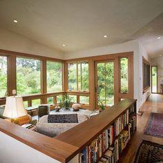 Buena idea: en una sala con muebles bajos, protegerlos con un librero al rededor - Living Room Lowes Design