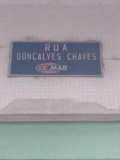 Denominação: Placa de identificação Rua Gonçalves chaves e propaganda MAB, aplicada à parede da Universidade Católica de Pelotas.