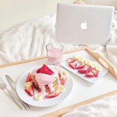 Breakfast, food, strawberry, pancakes and apple. Breakfast in bed Yummy Treats, Sweet Treats, Yummy Food, Delicious Desserts, Donuts, Breakfast In Bed, Breakfast Princess, Apple Breakfast, Cute Food