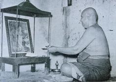 Swami Sivananda haciendo puya a Krishna. Rishikesh.