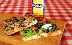 La unión de una deliciosa #pizza junto a un buen libro... ¡no podía más que darnos alegrías! Cultura & gastronomía en #LaPizzateca.  #foodies #foodie #gastronomia #Madrid #pizza