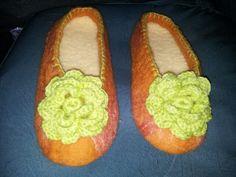 Pantuflas con fieltro amasado con flores a crochet plantillas de chiporro ( base engomada)