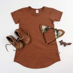 How perfect is this little girl outfit for fall? We love this gorgeous, rust toned dress from paired with our artisan made leather boots for kids. The perfect, comfy pairing for all of this season's adventures! Outfits Niños, Kids Outfits, Fashion Outfits, Fashion Clothes, Fashion Trends, Kids Clothing Brands, Clothing Co, Kids Girls, Baby Kids