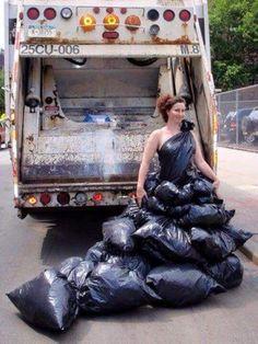 Diese Trash Fashion – oder … Trashion, wenn man so will. Crazy Dresses, Ugly Dresses, Prom Dresses, Weird Fashion, Fashion Art, Fashion Show, Fashion Design, The Dress, Fancy Dress