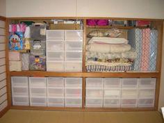 押入れやクローゼットの悩みは棚板が付いていないこと。オプション可動棚は高いので、クローゼットも最初は、パイプと天袋以外、何にも付いてないという場合が多いんです。 そのまま棚板無し!低コストでできる「ちょこちょこ収納術」をご紹介します☆