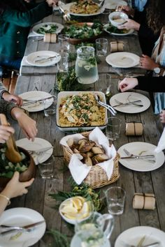 tisch essen Bez tytułu — thursdays-at-the-coffeeshop: A Kinfolk dinner //. Dinner Table, A Table, Picnic Tables, Dinner Party Menu, Family Style Weddings, Table D Hote, Wedding Dinner, Wedding Decor, Wedding Meals