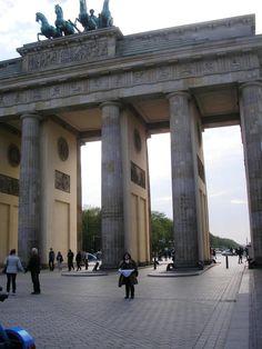 LACOTEC en Berlín: La puerta de Brandenburgo, obra del arquitecto Carl Gotthard Langhans, es una construcción en piedra arenisca de 26 m de alto, 65,5 m de ancho y 11 m de largo según el estilo del Neoclasicismo temprano.