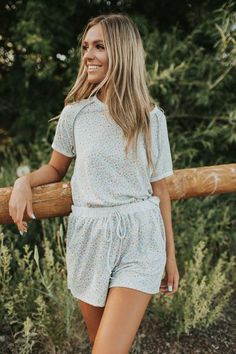 Cute Comfy Outfits, Cute Summer Outfits, Stylish Outfits, Neutral Outfit, Girl Photography Poses, Dress To Impress, My Style, Shorts, How To Wear