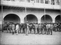 Título:  Oficiales y presos en un patio de la cárcel de Santiago Tlatelolco Tema:  PRESOS Lugar de asunto:  México, D.F. Fecha de asunto:  ca 930