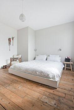 Verouderde houten vloer in de slaapkamer