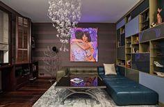 Un canapé d'angle capitonné en cuir et en deux couleurs afin de créer une ambiance jeune